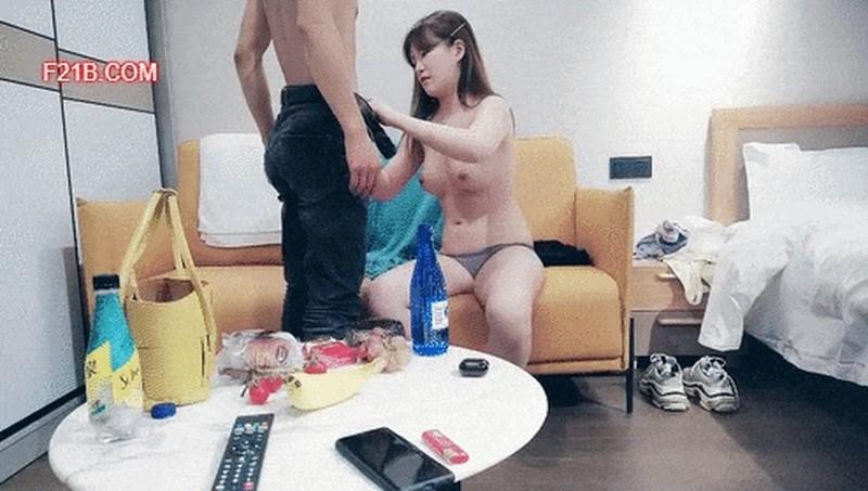 黑客破解摄像头酒店偷拍清纯漂亮身材又好的纱裙美女被男友干完又干